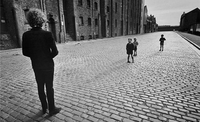 Dylan with Liverpool kids,1966