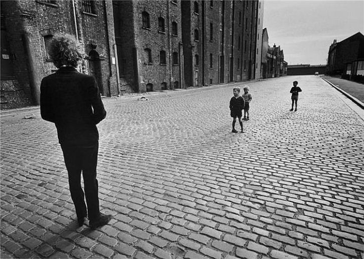 Dylan with Liverpool kids 1966