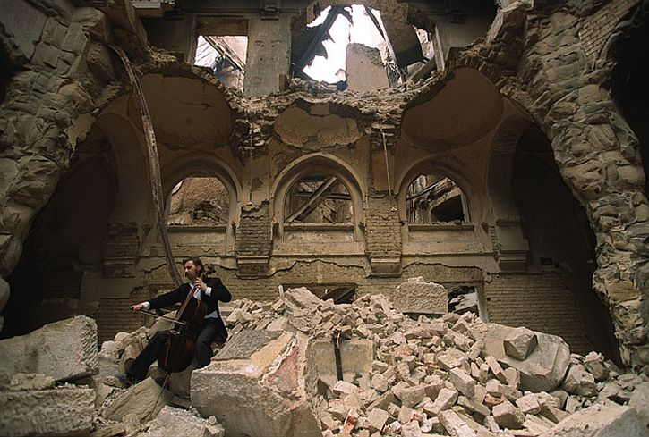 Cellist Vedran Smajlovic in the ruins of Sarajevo Library