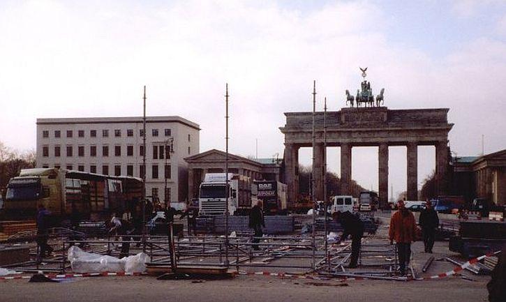 Brandenburg Gate - 10th anniversary celebration clear-up