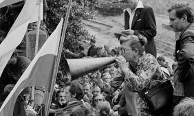 Anna Walentynowicz addressing shipyard workers at Gdansk in May 1980, flanked by Walesa