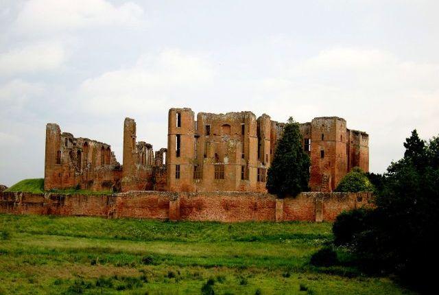 Kenilworth: castle ruins and Elizabethangarden