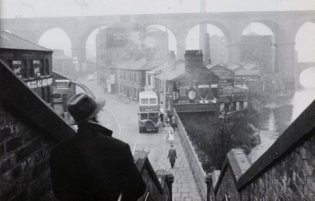 Lowry sketching Stockport Viaduct, from Wellington steps. (C) Crispin Eurich contact The First Gallery, 1 Burnham Chase, Bitterne, Southampton SO18 5DG Tel. 023 80 462723 email Margery@TheFirstGallery.com