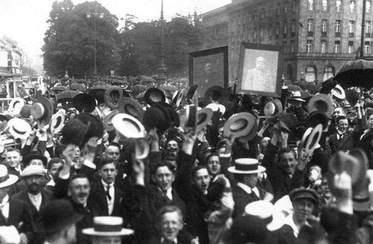 Crowds on Unter den Linden in Berlin, following the declaration of war, 4th August 1914