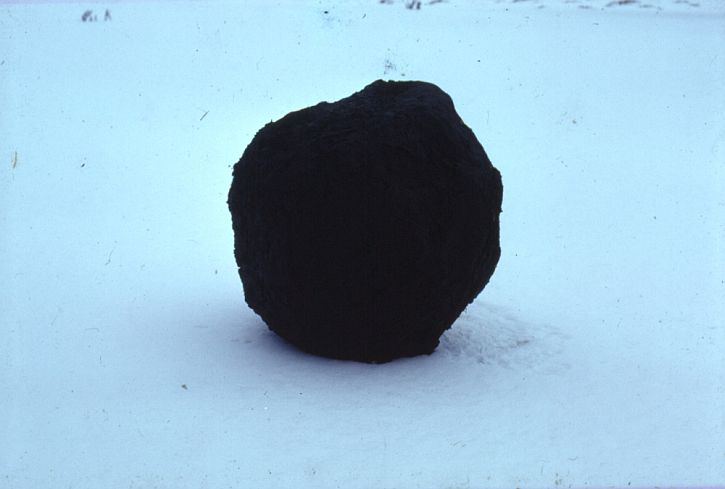 Andy Goldsworthy, Black (soil covered) Snowball, 1979