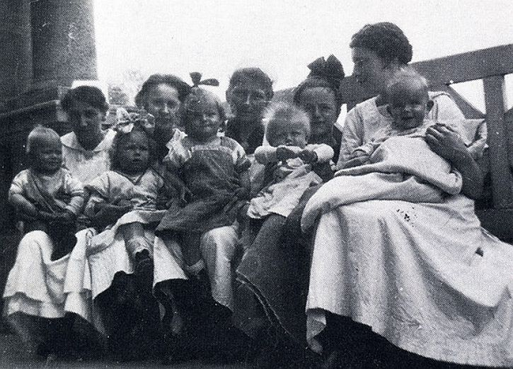 Elfriede Kuhr (right) with sisters and children at the Municipal Children's hospital, Pila, 1918