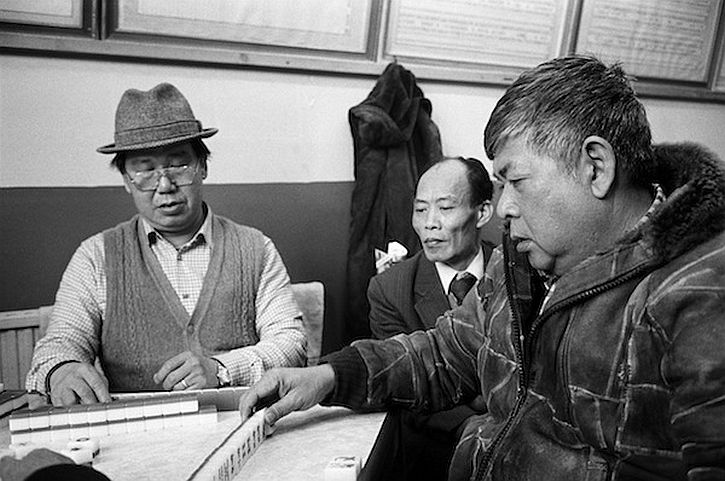 Martin Parr, Liverpool Nelson Street Playing Mah Jong in the See Yip Association, 1984