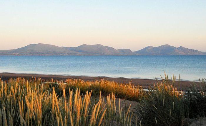 A midsummer eve walk to the beach beneath themountains