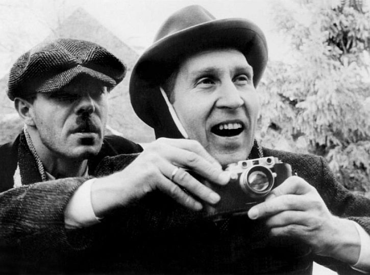 Heimat Glasisch observes Eduard with his camera
