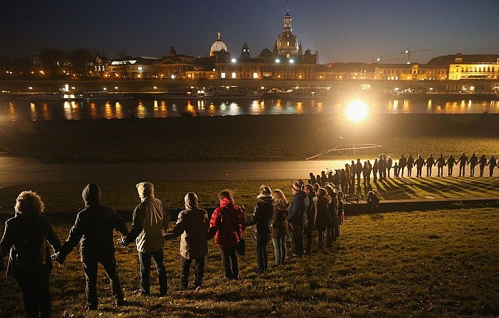 10,000 people join hands to form a giant human chain