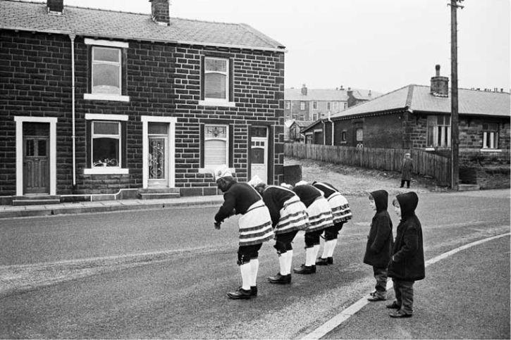 Tony Ray-Jones, Bacup coconut dancers, 1968