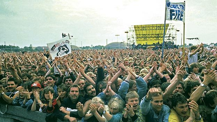 Enthusiastic crowds at the Bruce Springsteen concert in Berlin-Weissensee in 1988
