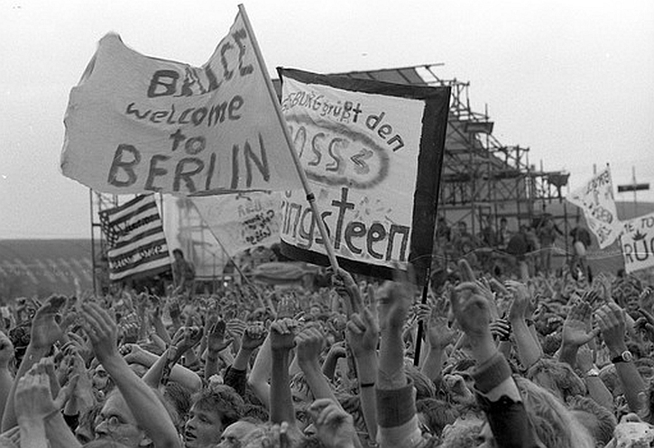 Springsteen in East Berlin 1988 crowd 3