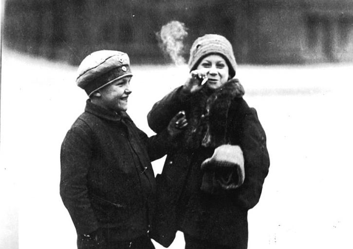 Two children smoking a cigarette in Berlin in 1930
