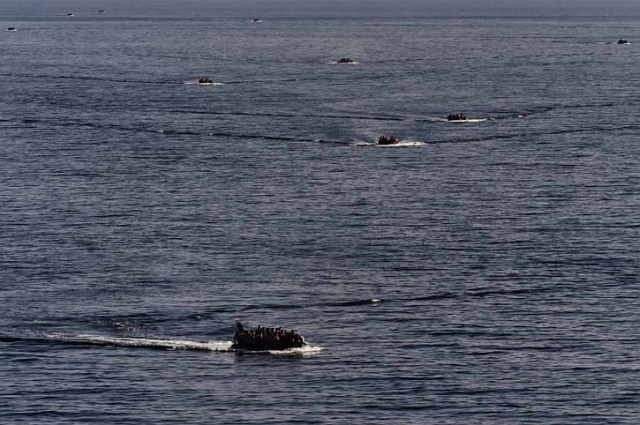 Dinghies filled with migrants approach Lesbos, early October 2015 (AFP/Aris Messinis )