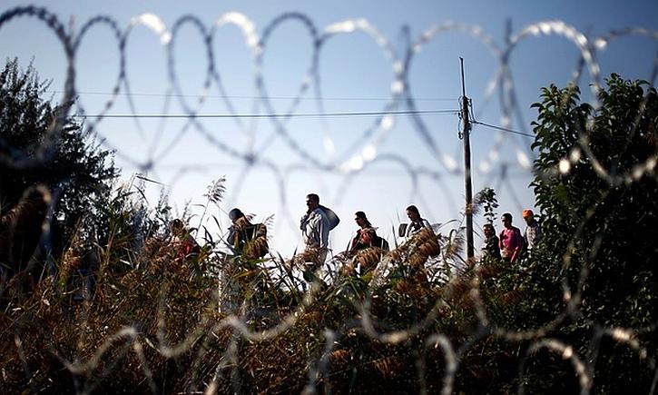 Refugees border fence