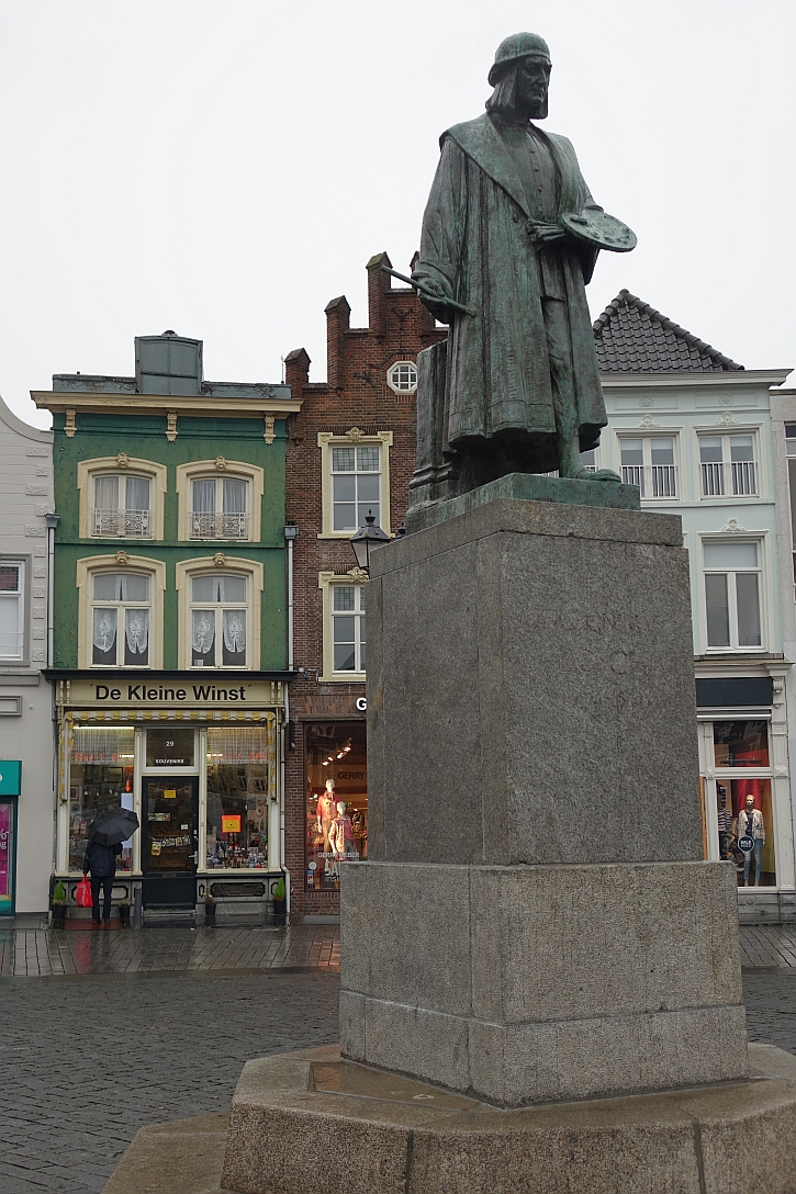Bosch house and statue