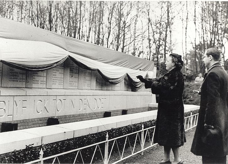 Princess Juliana unveils the Vught Monument in 1947