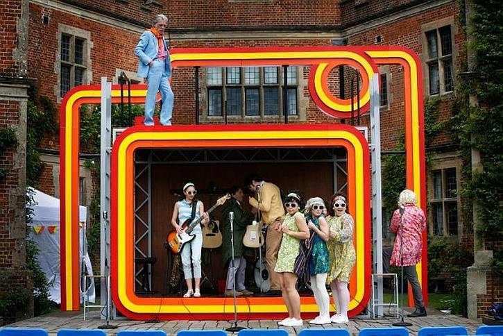 Stage set on tour: bright, poptastic Milan