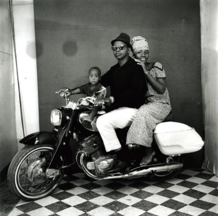 Malick Sidibé, The whole family on the motorbike, 1962