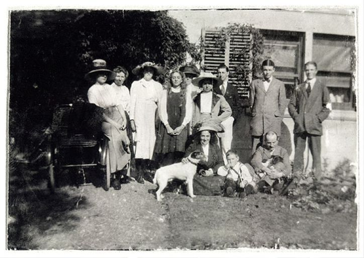 Paul Nash (third from right) and family in1912 at Sinodun House near Wallingford.